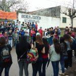 Escuela tomada, Gendarmería saca fotos y la Policía Local quiere entrar con sus armas