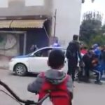 Represión policial en la puerta de una escuela