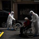 Los asilos de ancianos vinculados con hasta la mitad de las muertes por coronavirus en Europa, dice la OMS
